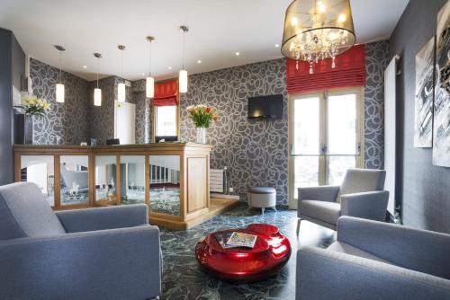 Hotel Charlemagne : Hotel near Neuilly-sur-Seine