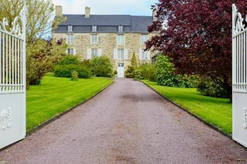 Chateau La Cour : Bed and Breakfast near Saint-Martin-de-Sallen