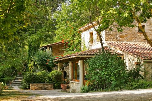 Les Maisons De Chante Oiseau : Bed and Breakfast near Fontienne
