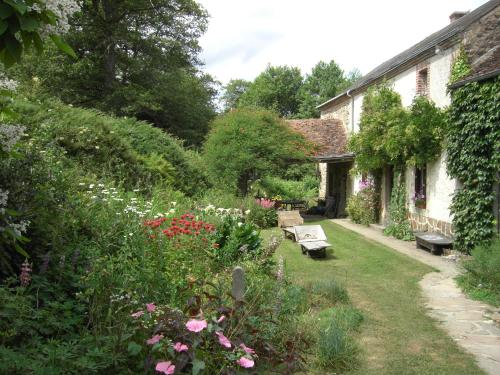 Chambres d'hôtes Le Moulin de Barre : Bed and Breakfast near Montlevicq