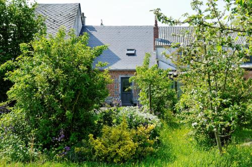 La Ferme aux Charmes : Bed and Breakfast near Larouillies