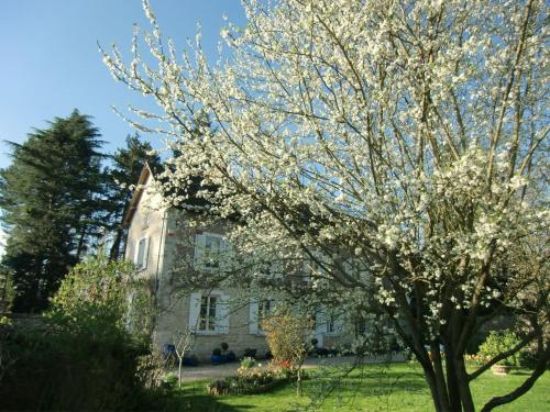 Villa Magnolia : Bed and Breakfast near Saint-Pierre-d'Autils