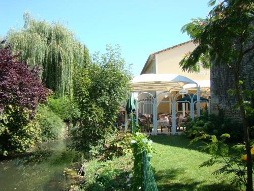 Logis Le Cheval Blanc et Le Clovis : Hotel near Sanxay