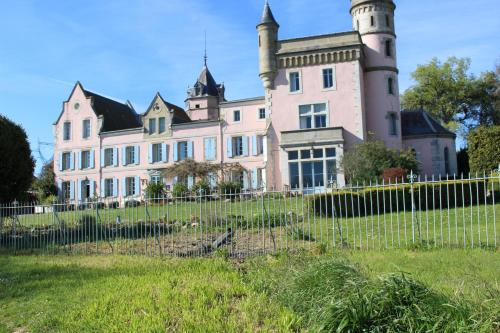 Château de Villeneuve : Bed and Breakfast near Caudebronde