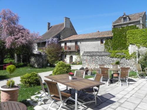 Hotel The Originals Pigeonnier du Perron (ex Relais du Silence) : Hotel near Chenevelles