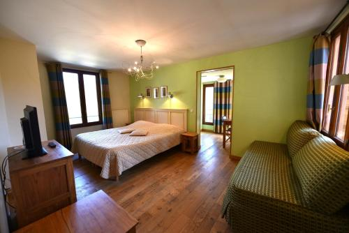 Les Lodges du Lac : Hotel near Saint-Sulpice-des-Rivoires