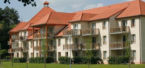 Residence de tourisme Les Allées du Green : Guest accommodation near Saunières
