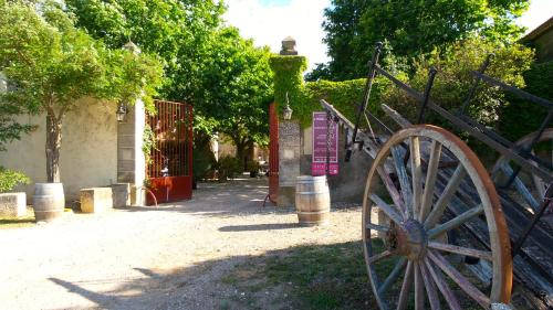 Chateau Le Vergel Authenac : Guest accommodation near Ginestas