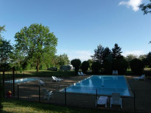 Camping de la Croix d'Arles : Guest accommodation near Courcelles-en-Montagne
