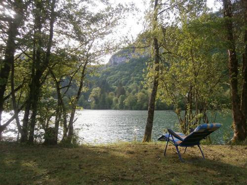 Maison Vacances Pieds Dans L'eau : Guest accommodation near Bolozon