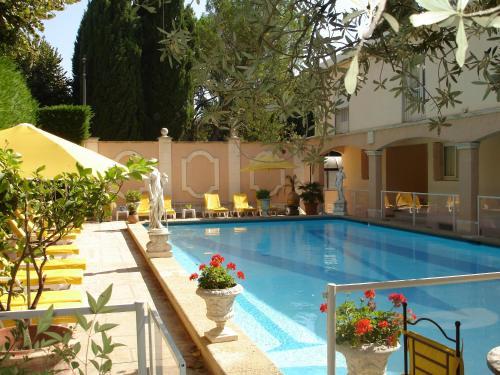 Inter-Hotel Arles Mireille : Hotel near Fourques