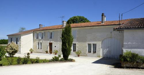 Le Vieux Noyer : Bed and Breakfast near Jarnac-Champagne