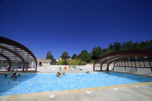 Terres de France - Les Hameaux des Lacs : Guest accommodation near Montdurausse
