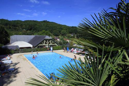 Terres de France - Les Hameaux du Perrier : Guest accommodation near Saint-Cernin-de-Larche