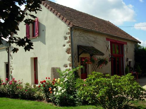 La Grange du Bourg : Bed and Breakfast near Villefranche-d'Allier
