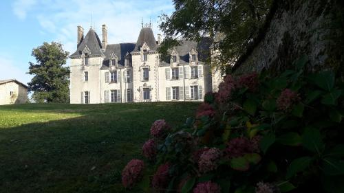 Chateau Pont Jarno B&B : Bed and Breakfast near Pougne-Hérisson