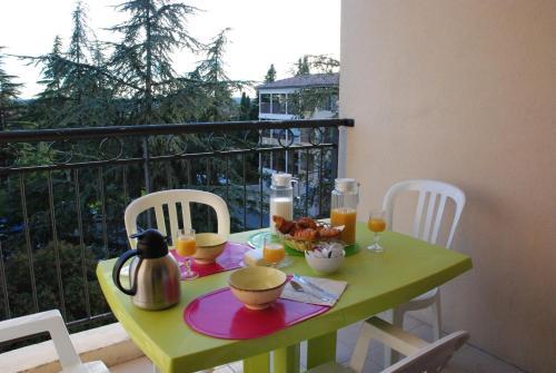 UZES APPART HOTEL Résidence Le Mas des Oliviers : Guest accommodation near Arpaillargues-et-Aureillac