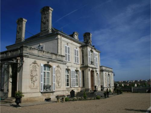 Château du Clos Mortier : Guest accommodation near Chevillon
