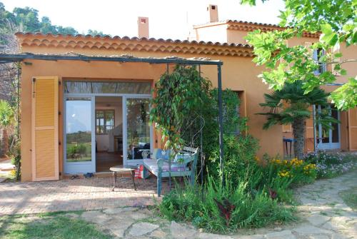 House With Garden And Sea View : Guest accommodation near Pierrefeu-du-Var