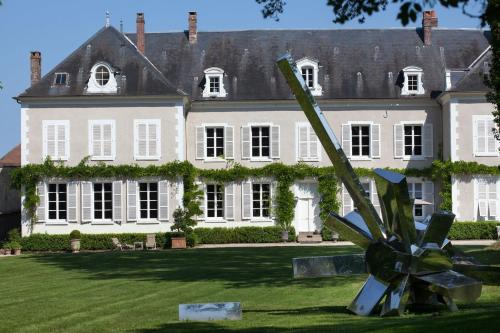 Chateau De La Resle - Design Hotels : Bed and Breakfast near Courgis