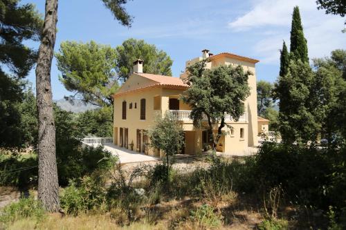 La Tour Aux 7 Fenêtres : Guest accommodation near Gémenos