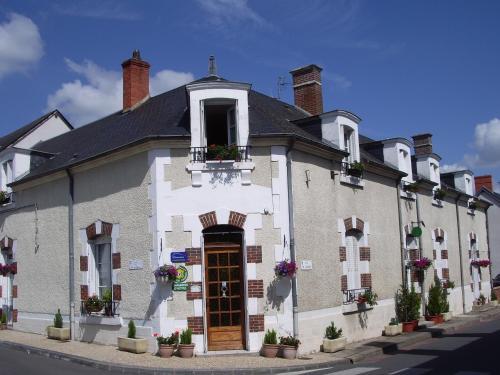 Les Glycines : Bed and Breakfast near Crézançay-sur-Cher