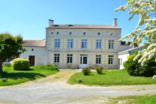 Maison de Claire et Bruno : Guest accommodation near Barbezières