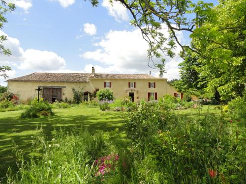 B&B La Ferme Aux Fleurs : Bed and Breakfast near Saint-Martin-de-Gurson