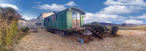 Une roulotte à la campagne : Guest accommodation near Euzet