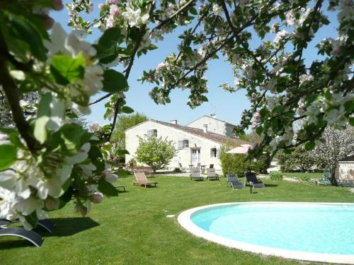Le Clos du Plantis : Bed and Breakfast near Brie-sous-Matha