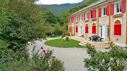 Les Rosaces Du Buëch : Bed and Breakfast near Neffes