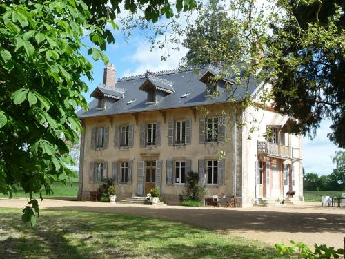 Domaine de Savigny : Bed and Breakfast near Frasnay-Reugny