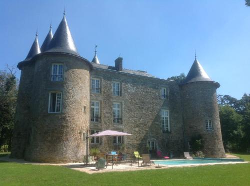 Château De La Frogerie : Bed and Breakfast near Saint-Pierre-des-Échaubrognes