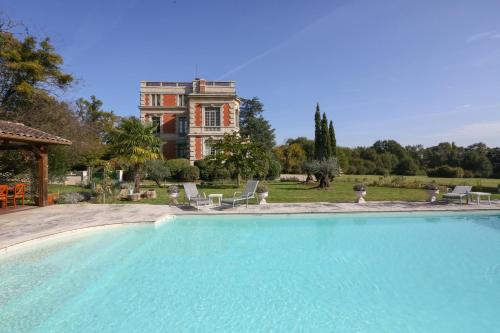 Chateau Le Lout : Guest accommodation near Eysines