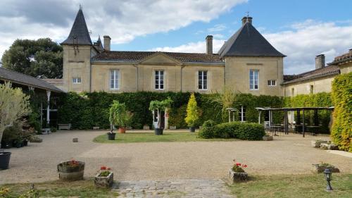 Château Fleur de Roques : Hotel near Petit-Palais-et-Cornemps