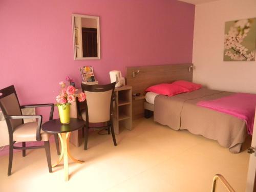 Résidence Hôtelière Hélios : Guest accommodation near Saint-Martial-de-Vitaterne