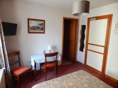 Hôtel Restaurant Le Dolmen : Hotel near Saint-Georges-Haute-Ville