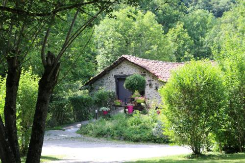Camping Moulin De Chaules : Guest accommodation near Saint-Santin