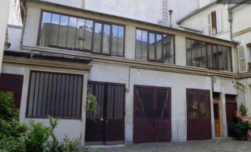 Loft character with a view of court : Apartment near Paris 19e Arrondissement
