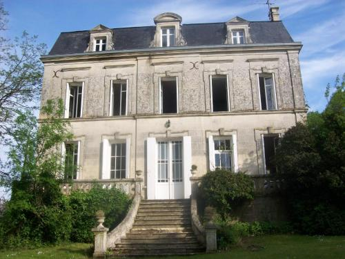 Château Fontclaire : Guest accommodation near Saint-Simon-de-Pellouaille
