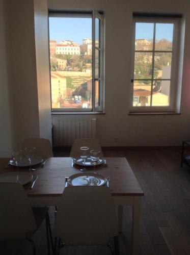 Vivez Lyon Au Rythme De La Saône : Apartment near Lyon 9e Arrondissement