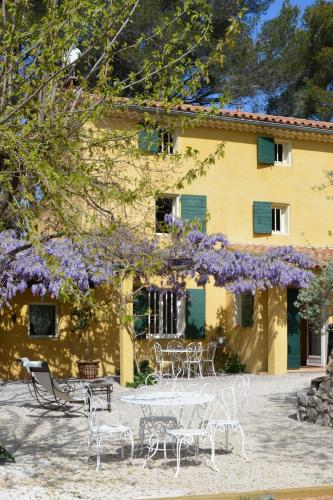 Le Mas des Aludes : Bed and Breakfast near Peypin