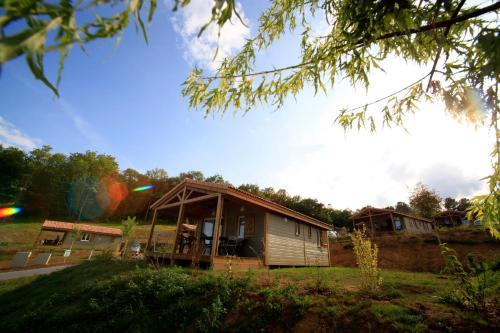 Terres de France - Les Hameaux de Pomette : Guest accommodation near Montcléra