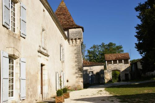 Château de La Combe : Bed and Breakfast near Combiers