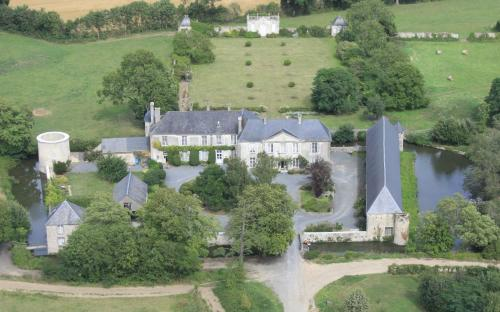 Chateau de Vouilly : Bed and Breakfast near Saint-Clair-sur-l'Elle
