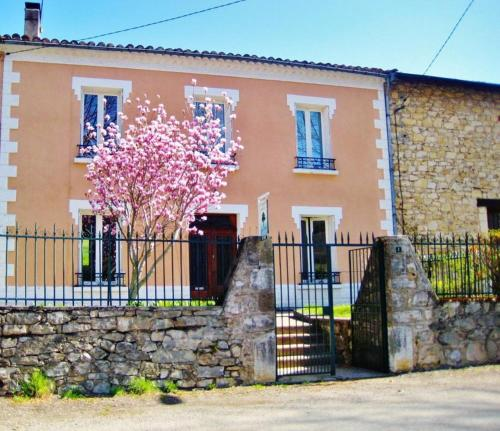 Au Petit Verger : Bed and Breakfast near Saint-Jean-d'Aigues-Vives