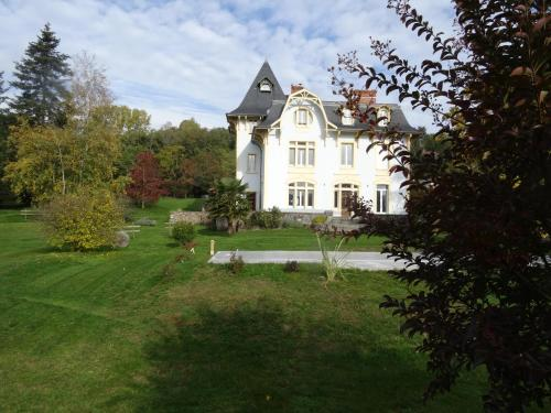 Villa Eugénie : Bed and Breakfast near Lapeyrouse-Mornay
