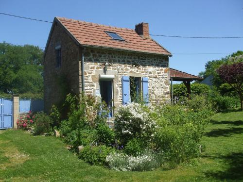 Maison De Vacances - Le Chat Blanc - Kleine Gite : Guest accommodation near Saint-Priest-des-Champs