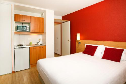 Séjours & Affaires Genève Saint Genis : Guest accommodation near Péron