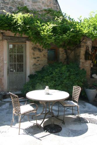 Le Jas des Nevières : Bed and Breakfast near Peyruis